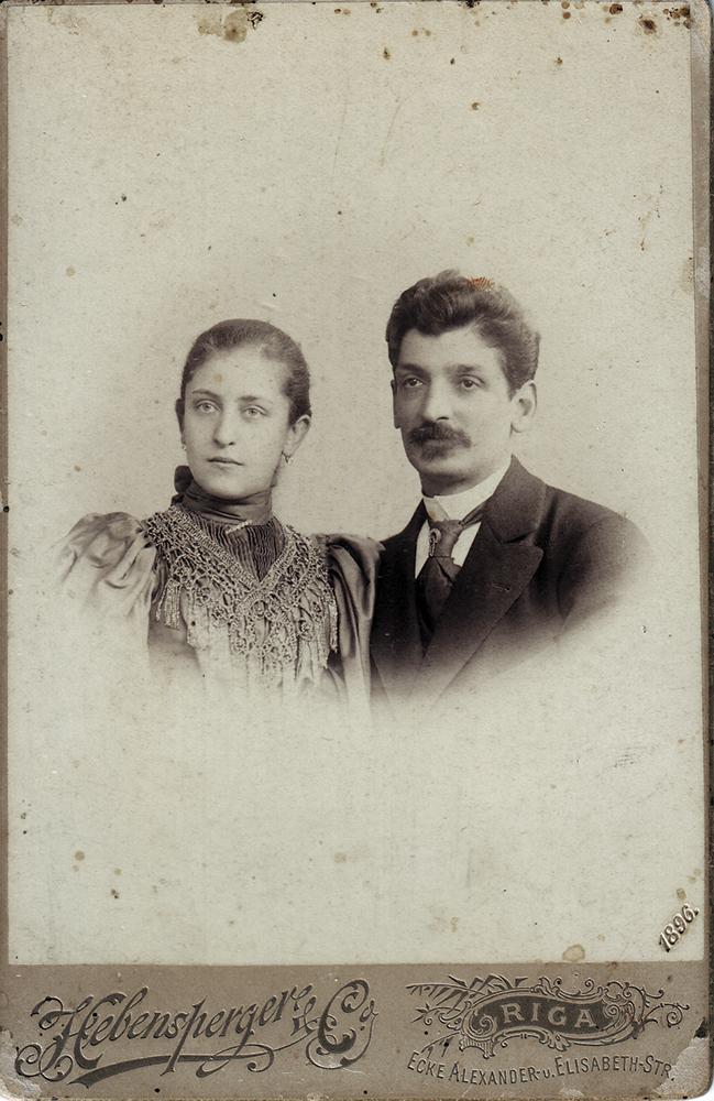 Илья Давидович Пигит (1851–1915 гг.) с женой Верой (Берухой) Исааковной Пигит, в девичестве Катлама. Рига, 1896 год. Это единственная известная фотография Ильи Пигита с женой