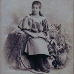 Сарра Исааковна Фиркович, в замужестве Ормели (1886–1971 гг.). Двоюродная племянница Ильи Пигита, дочь его двоюродной сестры Евы Фиркович. Рига, 1896 год. Эта фотография сделана в тот же самый день в том же самом ателье, что и единственная известная фотография Ильи Пигита с женой Верой
