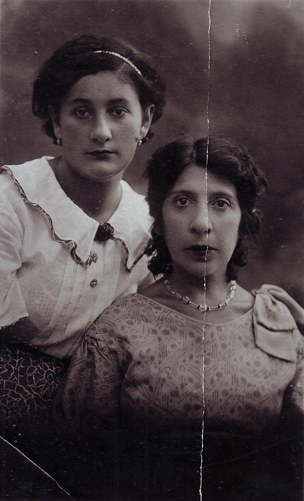 Тамара Исааковна Ормели, двоюродная внучатая племянница Ильи Пигита (родилась в 1916 году) с тетей Верой Исааковной Фиркович, в замужестве Чуюн. Москва, 1930-е годы