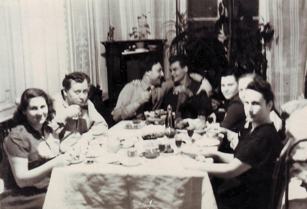 Гости на одном из праздничных застолий. Комната Бочковых, бывшая зала. 1950-е гг.