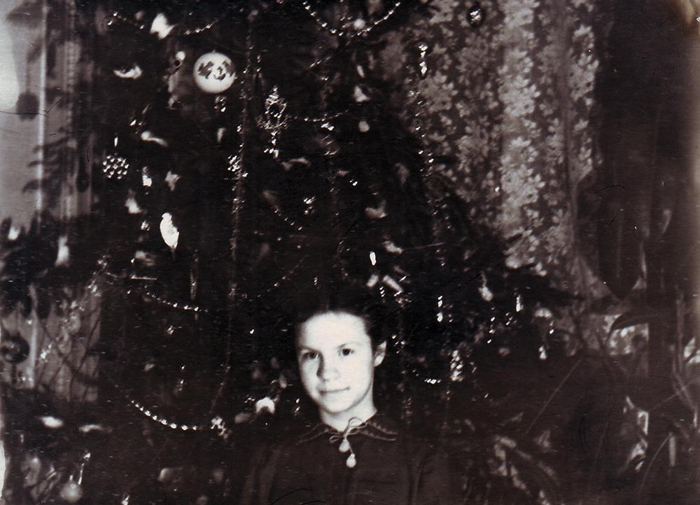 Нэлла Анатольевна Бочкова у ёлки, купленной в саду «Аквариум». В комнате Бочковых, бывшей зале. 1953 г.