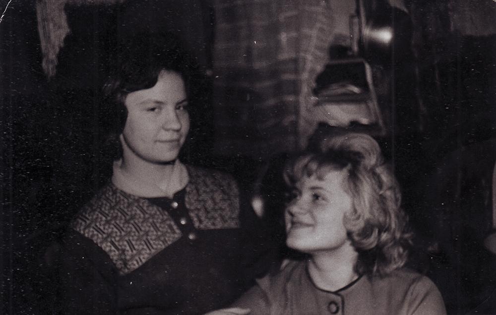 Соседка Наталья Дрёмова (справа) и Нелла Бочкова. 1960-е гг.