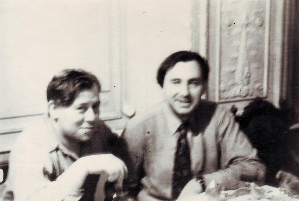 Анатолий Емельянович Бочков с кем-то из родственников в своей комнате. 1960-е гг.