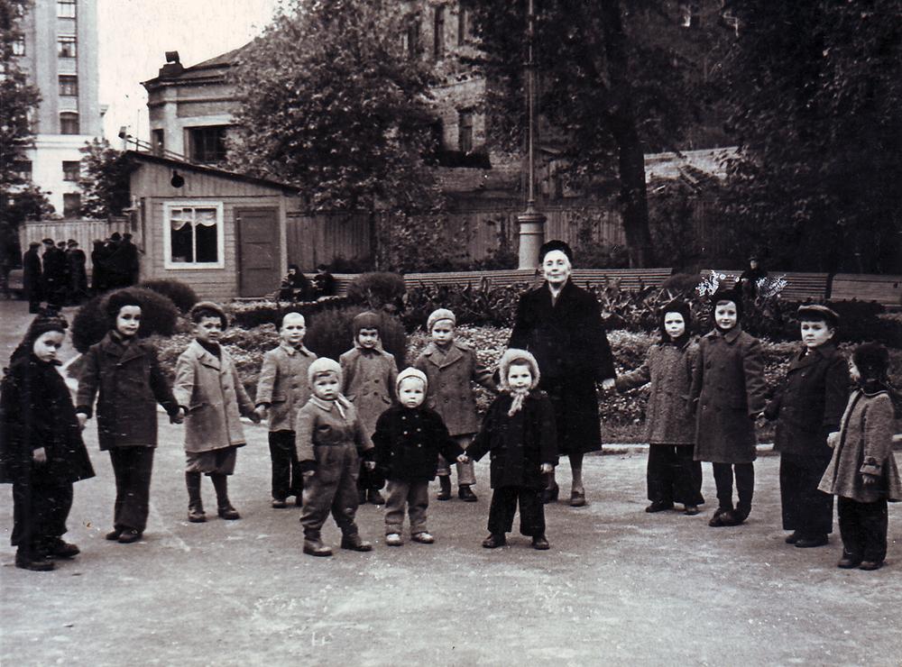 1956 год. Прогулочная группа в саду «Аквариум». Софья Мадорская третья справа в первом ряду