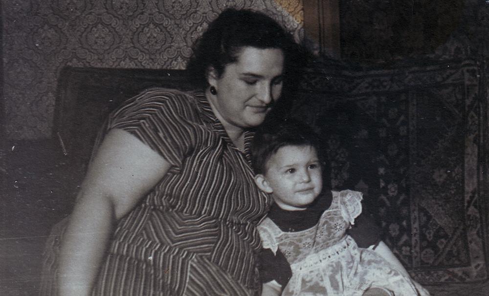 1957 год. Воложинская Изабелла с дочерью Софьей в квартире № 47