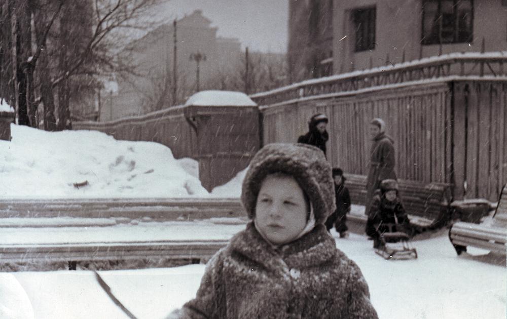 1958 год. Софья гуляет в саду Аквариум вместе с мамой Изабеллой Воложинской