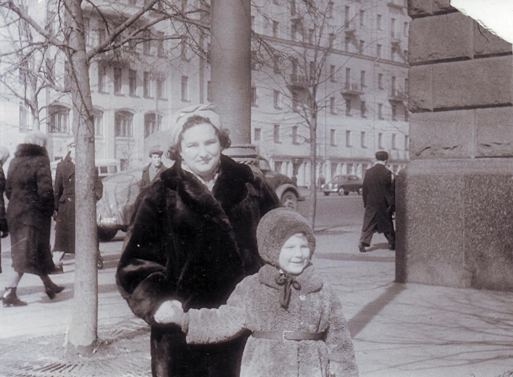 1958 год. Воложинская Изабелла Зиновьевна с дочерью Софьей на Большой Садовой