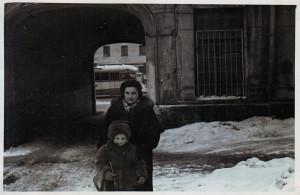 Воложинская Изабелла с дочерью Софьей во дворе на Большой Садовой. 1958 год