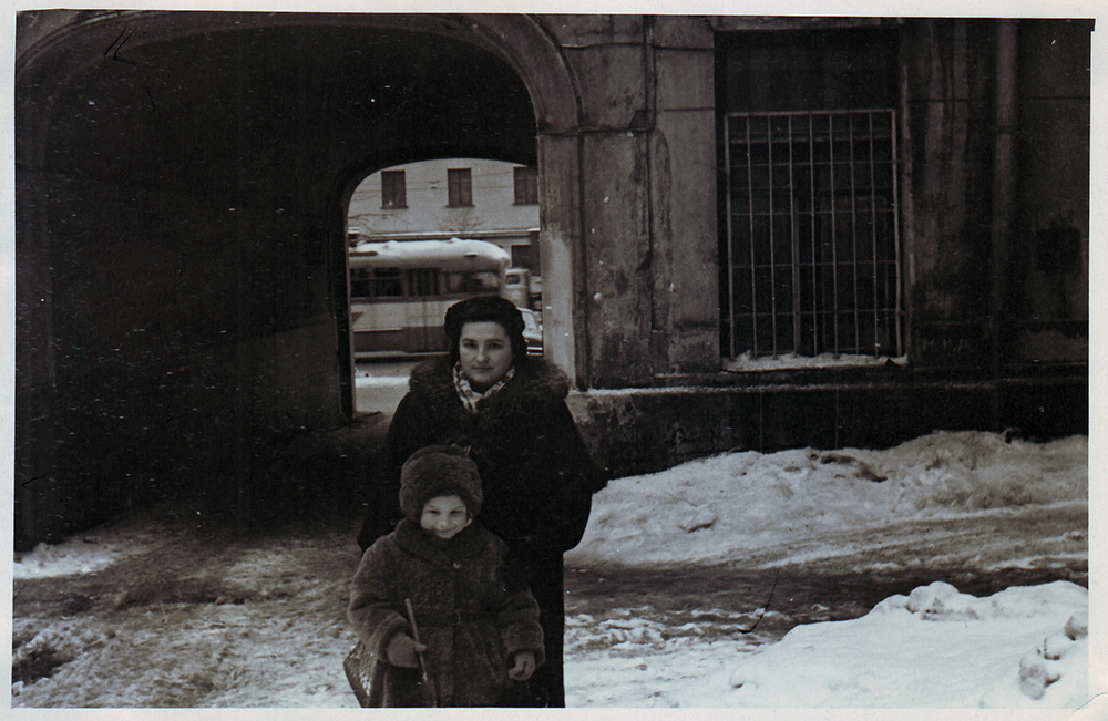 1958 год. Воложинская Изабелла с дочерью Софьей во дворе на Большой Садовой