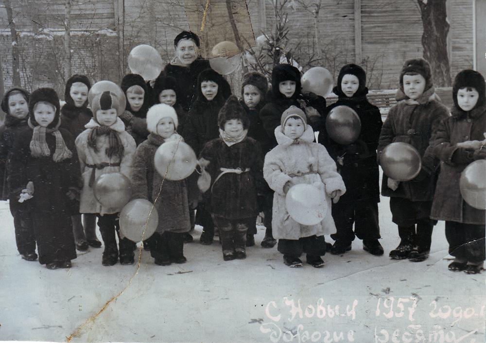 1956 год. Прогулочная группа в саду «Аквариум». Софья Мадорская первая слева в первом ряду