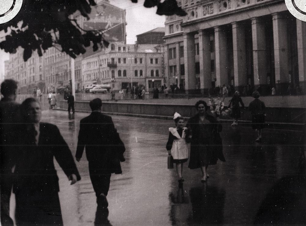 1960 год. Первое сентября. Площадь Маяковского (сейчас Триумфальная площадь). Софья вместе с мамой Изабеллой Воложинской возвращается со школьной линейки. Первый класс