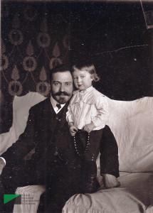 Багдасар Артемьевич Вартанов с сыном Меликом в квартире № 7. 1920-е годы