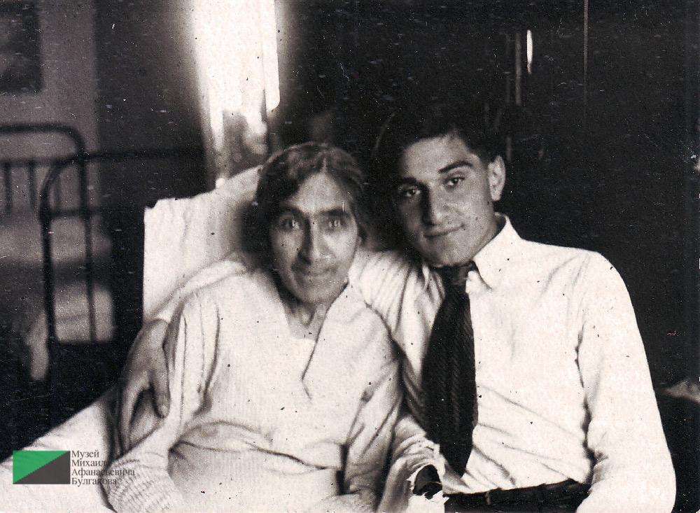 Мелик Багдасарович Вартанов с мамой Елизаветой Сергеевной в квартире № 7. 1930-е годы