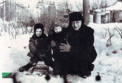 Александр Васильевич Бархударян, живший в квартире № 7, с внучкой Марией и Георгием Вартановым в саду Аквариум. 1950-е годы