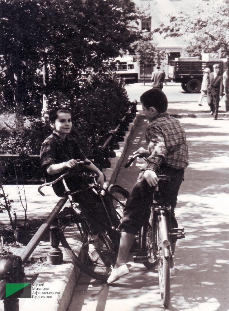Георгий Вартанов в «министерском сквере» у дома № 8 по Большой Садовой. 1960-е годы