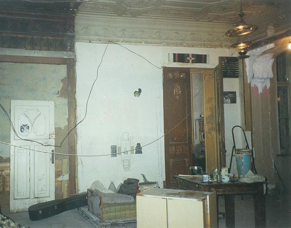 Бывший кабинет, разделенный на отдельные комнаты в советское время. Слева сохранилась оригинальная расцветка фриза, карниза и потолка