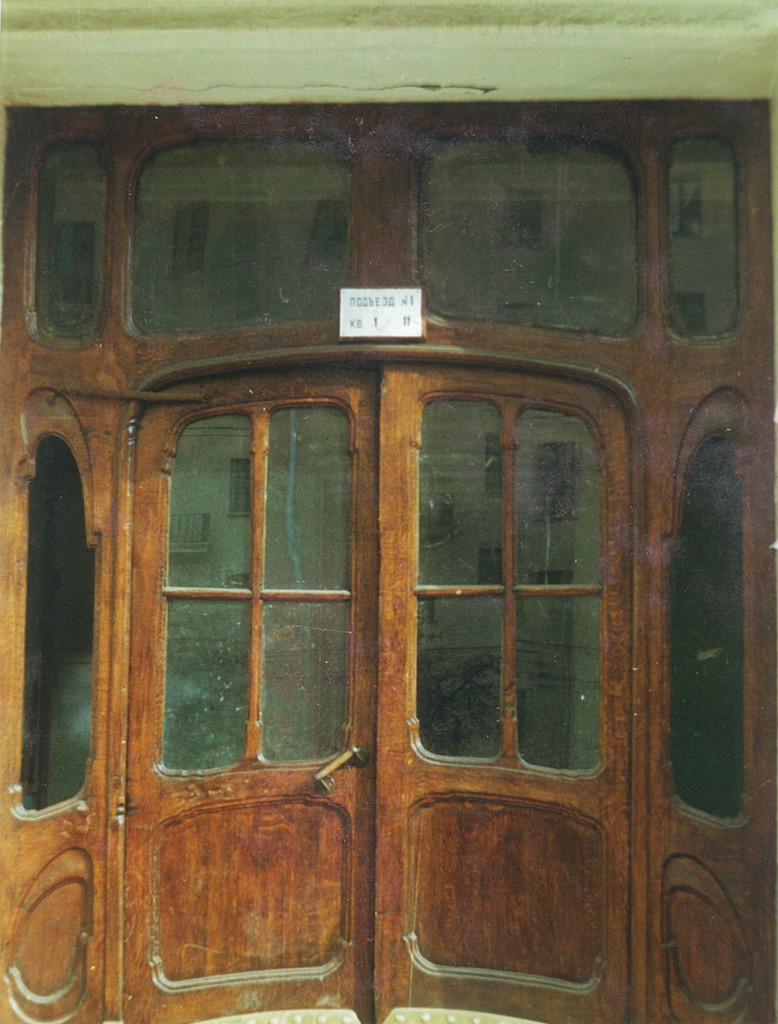 Дверь первого подъезда