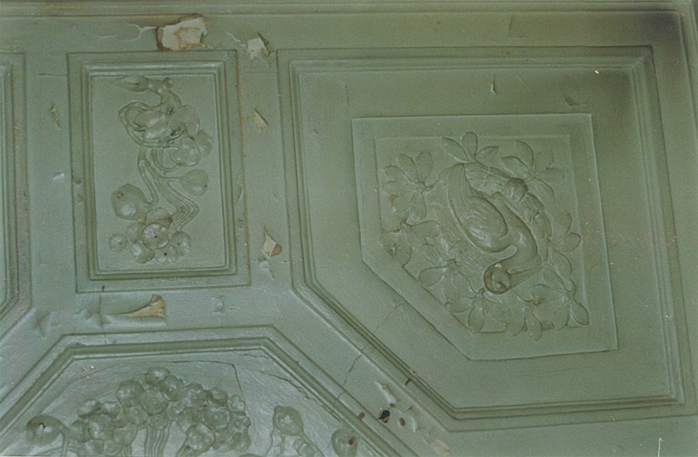 Лепной потолок в кабинете. Первоначально лепнина была окрашена под дерево. В советское время жители коммунальной квартиры покрыли потолок белой краской