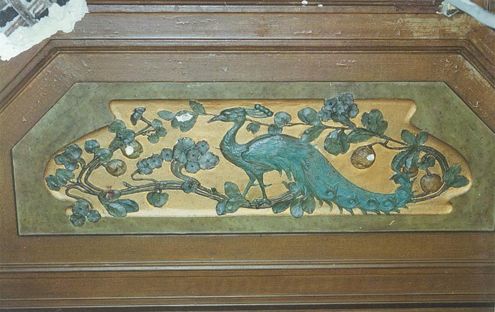 Лепной декор потолка кабинета, стилизованный под дерево. Сохранились оригинальные цвета. Изображение сидящего павлина