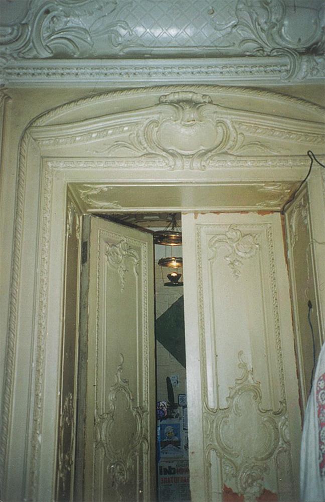 Дверь и лепное оформление дверного проема. Вид из гостиной в кабинет