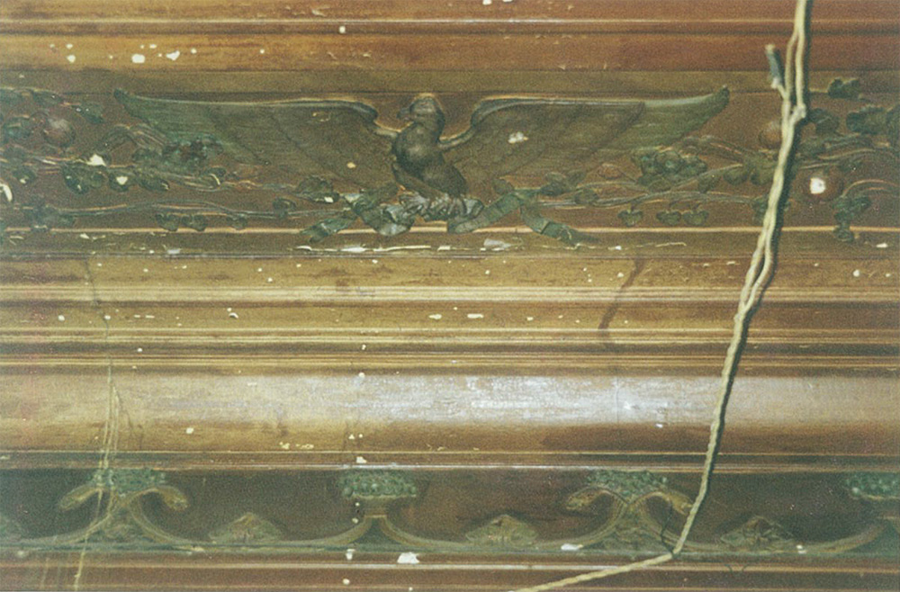 Лепной декор потолка кабинета, стилизованный под дерево. Сохранились оригинальные цвета. Изображение летящего орла
