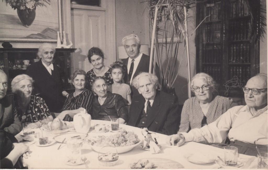 Мартирос Сарьян (сидит в центре), Ашхен и Александр Бархударяны (справа от Сарьяна). Ереван, 1960-е годы. Из личного архива М. Л. Ватолиной