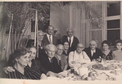 Мартирос Сарьян (третий слева), Ашхен и Александр Бархударяны (справа от Сарьяна). Ереван, 1960-е годы. Из личного архива М. Л. Ватолиной