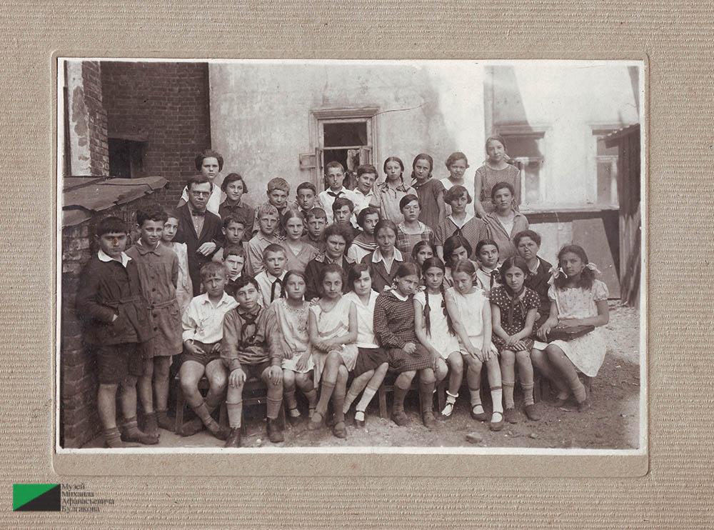 Ученики четвертого класса школы № 10 (находилась в Мерзляклвском переулке). Первый слева стоит Мелик Вартанов. 1930 год