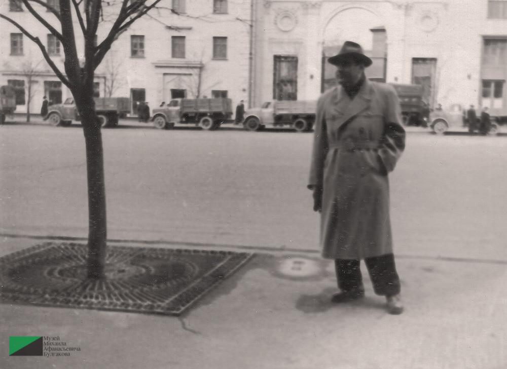 Мелик Багдасарович Вартанов на Большой Садовой. Позади дом № 3. 1956 год