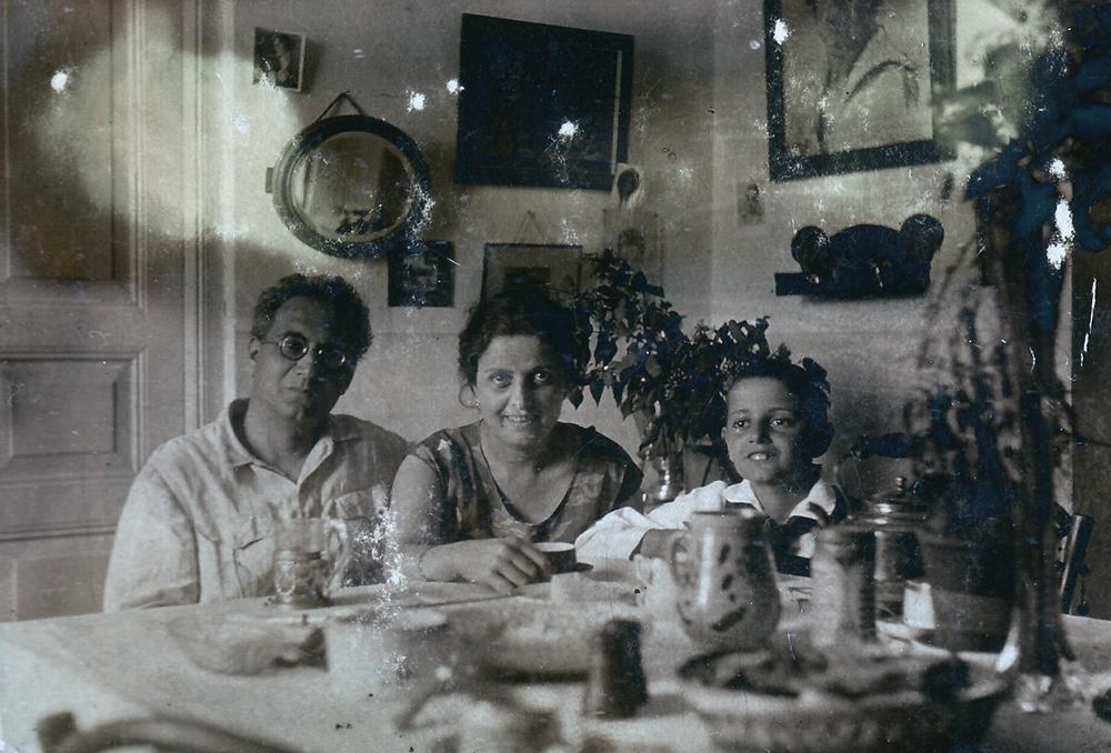 """Ашхен и Александр Бархударяны вместе с сыном Левоном. На стене видна полка """"Дерущиеся петухи"""". Ереван, 1929 год"""
