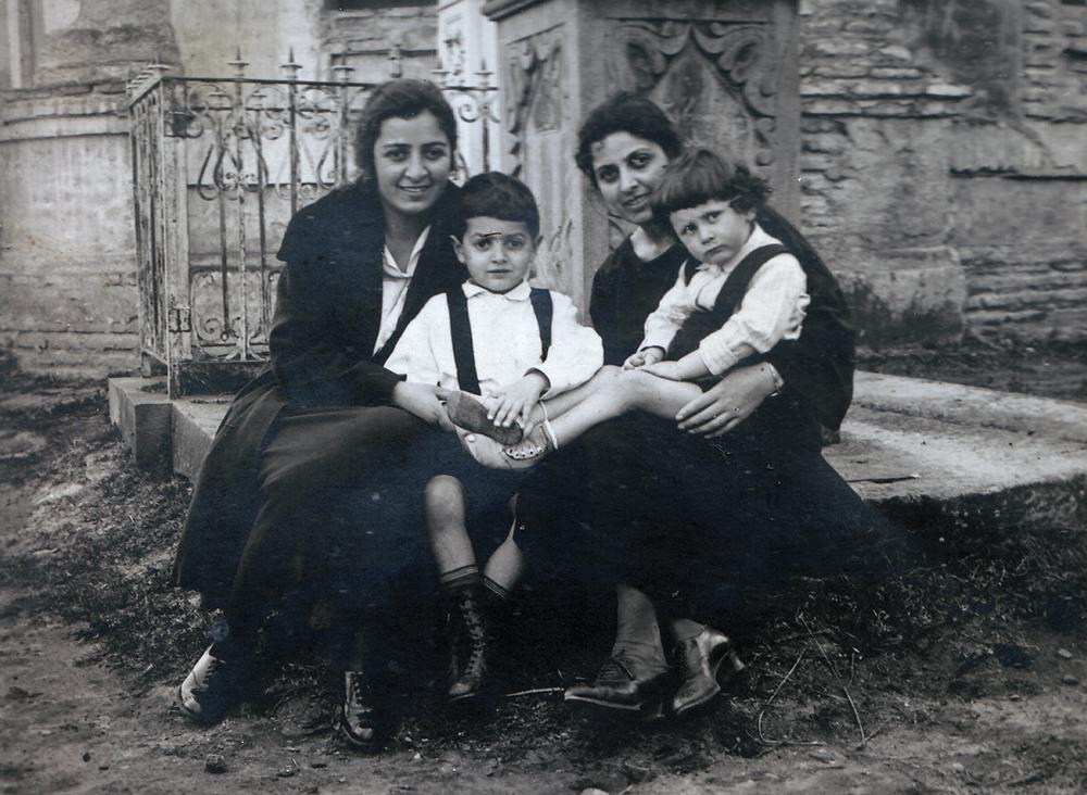 Ашхен Бархударян (справа) вместе с сыном Левоном (слева). Ереван, 1924 год