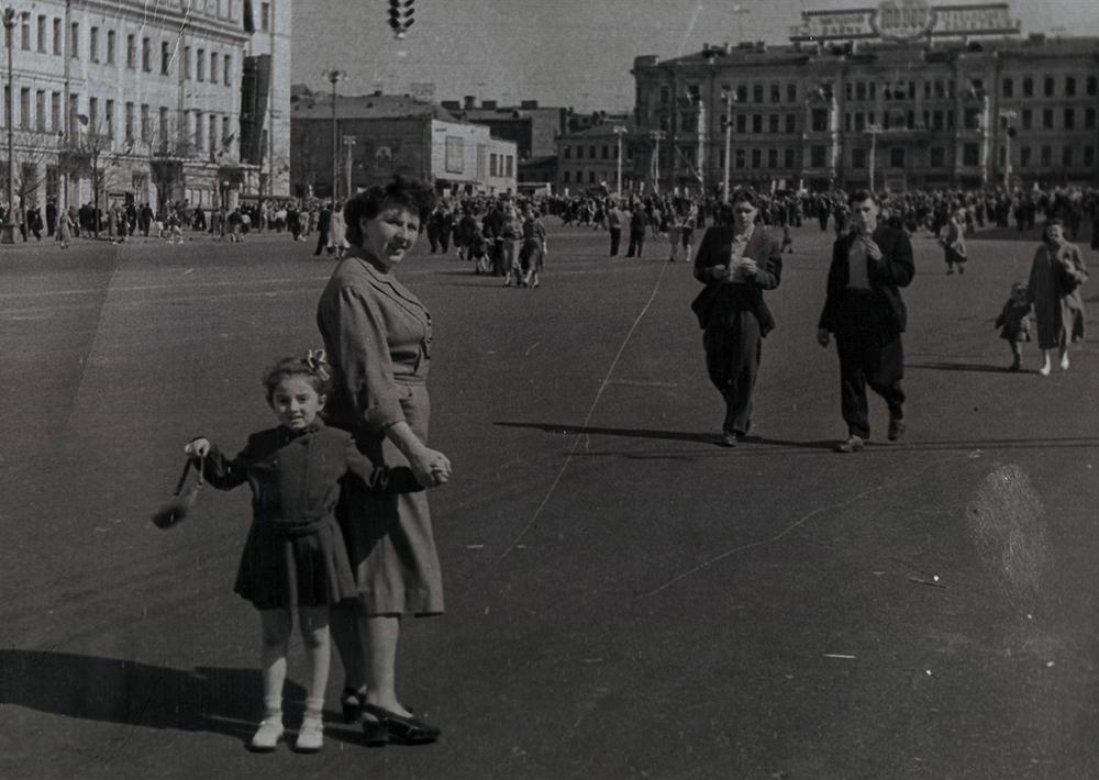 Мария Левоновна Бархударян с мамой на Большой Садовой в майские праздники. Около 1956 года.