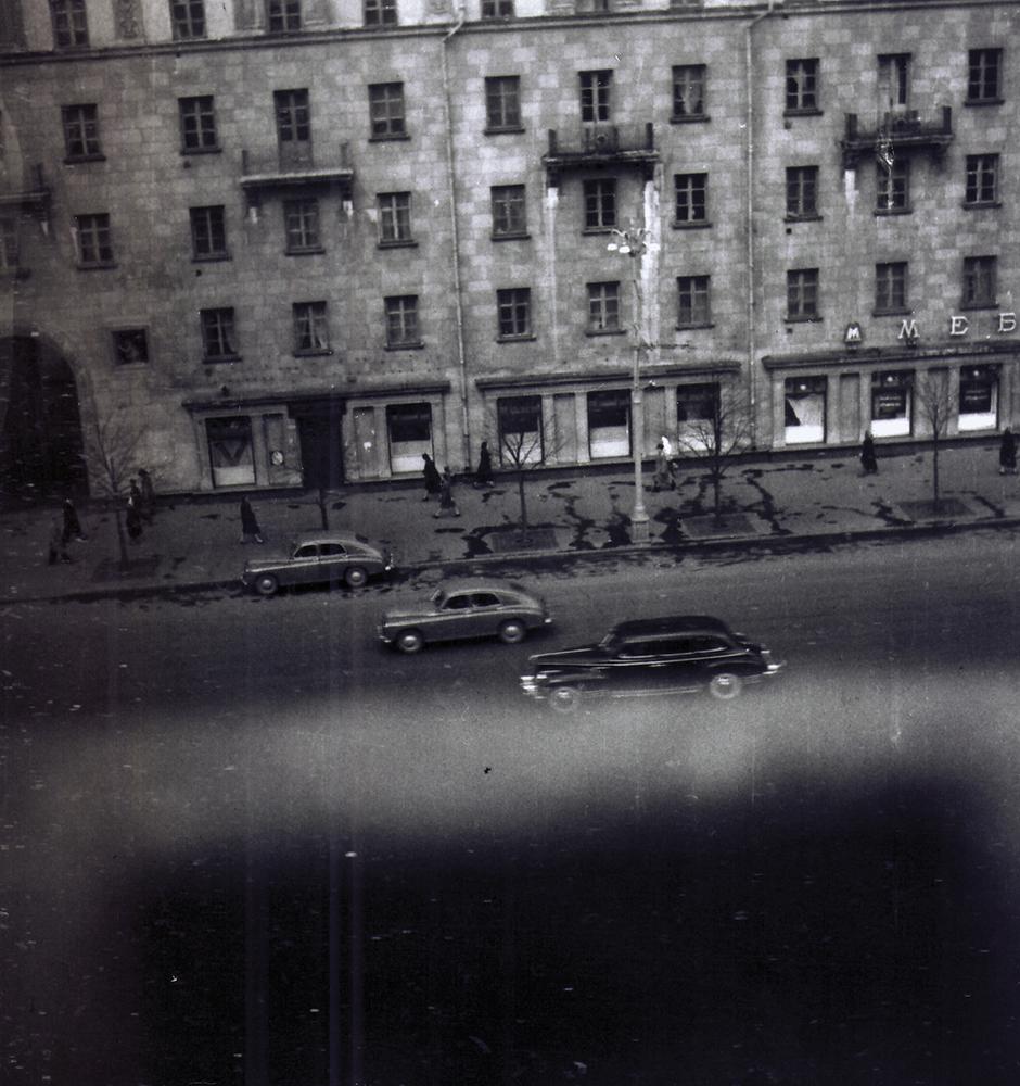 Вид из окна квартиры № 8 на улицу Большая Садовая. Фотография Дионисия Костаки. Около 1954 года.