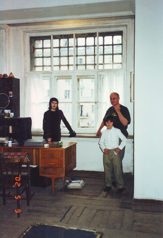 Михаил Николаевич Костаки в комнате квартиры № 8, в которой прожил с 1948 по 1959 гг. 2002 год.
