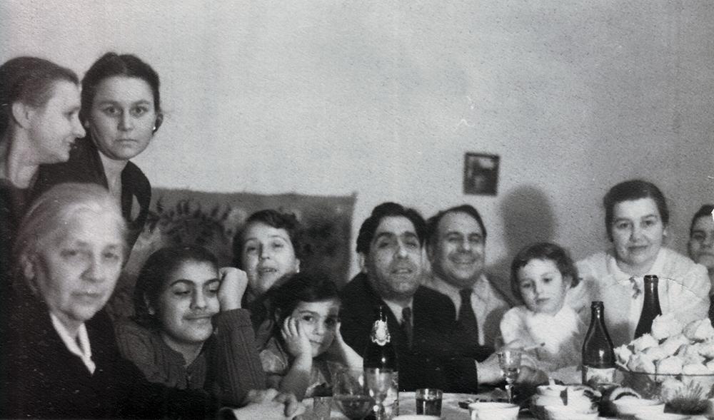 Празднование нового 1954 года. В центре в костюме сидит брат Николая Костаки Георгий.