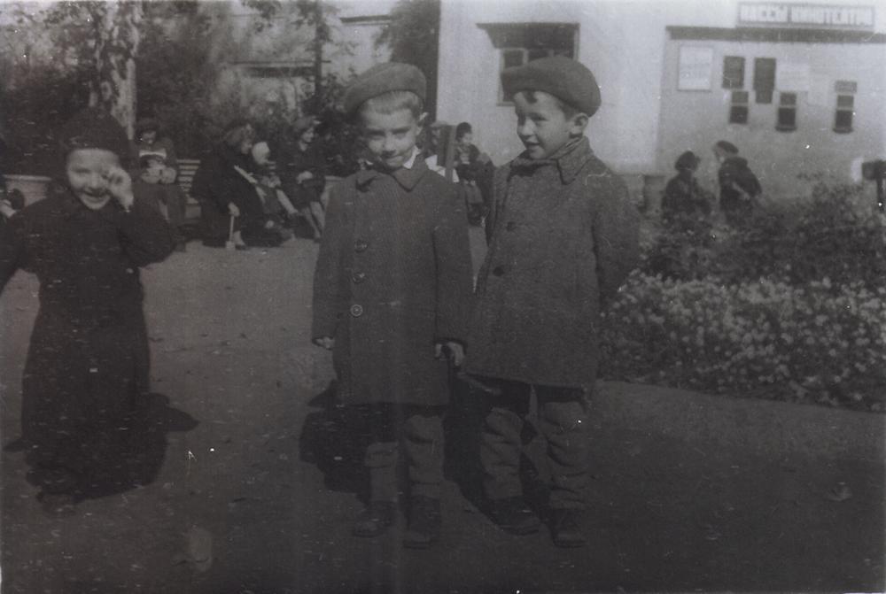 Сад «Аквариум». Посередине сосед Костаки по коммунальной квартире Игорь Каплун. Слева — Михаил Костаки. Дети на фоне кинотеатра. Около 1951 года.