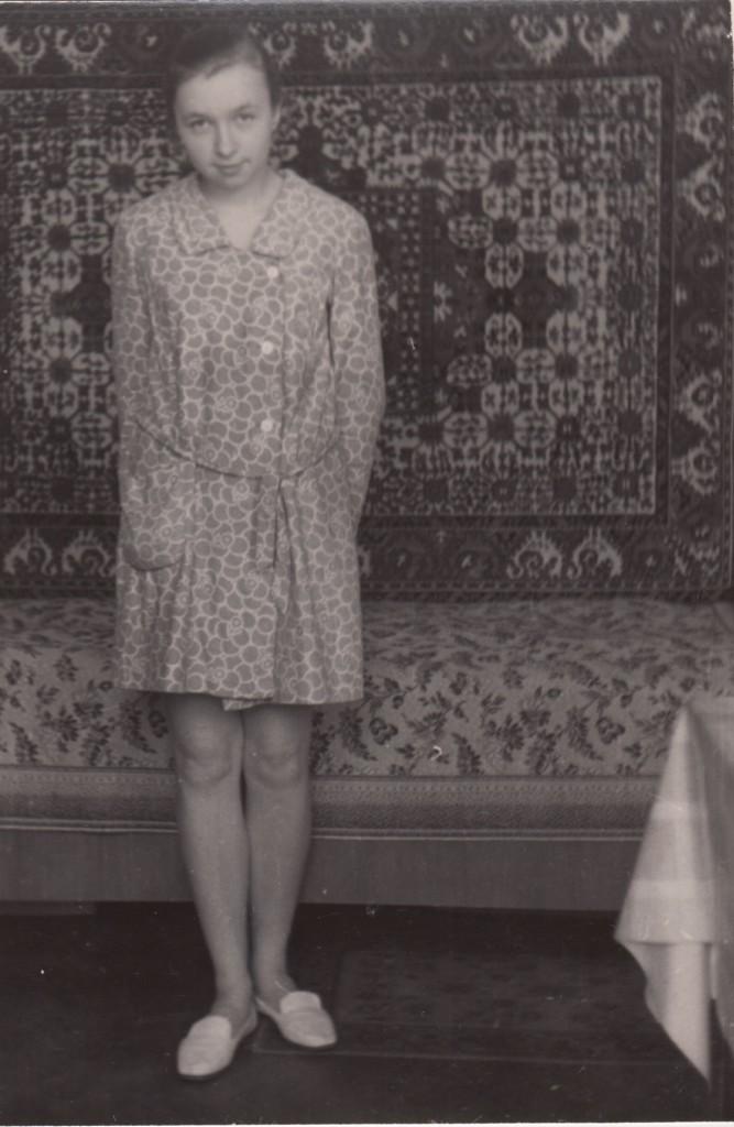 Татьяна Борисовна Ясашина в квартире № 51. 9 класс. Начало 1970-х годов. Фотографировал одноклассник. Из собрания Музея М. А. Булгакова. Дар Татьяны Борисовны Ясашиной