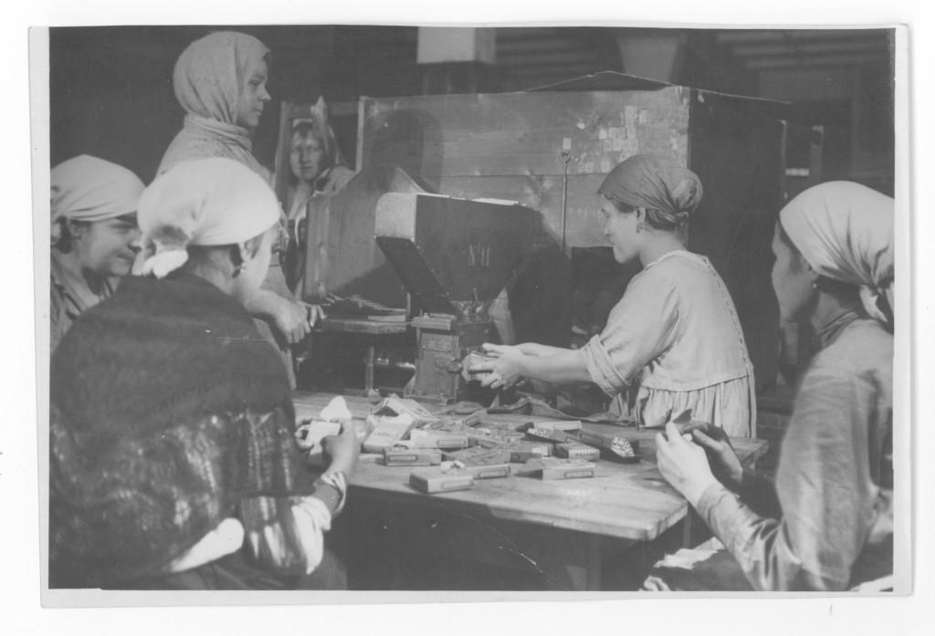 Расфасовка папирос в коробки на фабрике «Дукат». 1925 год. Архив ГЦМСИР. ГИК 37390/142