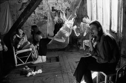 На съемочной площадке художественного фильма «Место на земле» Артура Аристакисяна. В картине играли жители коммуны — хиппи, бездомные, музыканты, художники, студенты