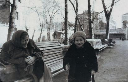Нина Володарская с сыном Владимиром в саду «Аквариум». Около 1959 года. Из личного архива Владимира Володарского