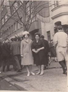 Нина Андреевна Исаева (слева) с матерью Марией Степановной у дома № 10 по Большой Садовой. Начало 1960-х годов. Из личного архива Владимира Исаева