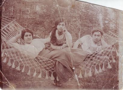 Артемида (Хосровдухт) Татевосян-Тадэ (слева). 1910-е годы. Из личного архива Э. С. Тадэ