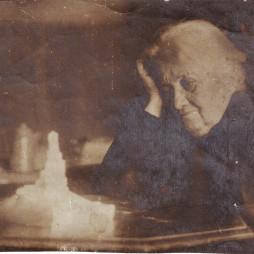Сусанна Артемьевна Якулова в квартире № 8 смотрит на макет памятника 26 бакинским комиссарам, созданный Г.Б. Якуловым. Из личного архива Е. А. Якуловой