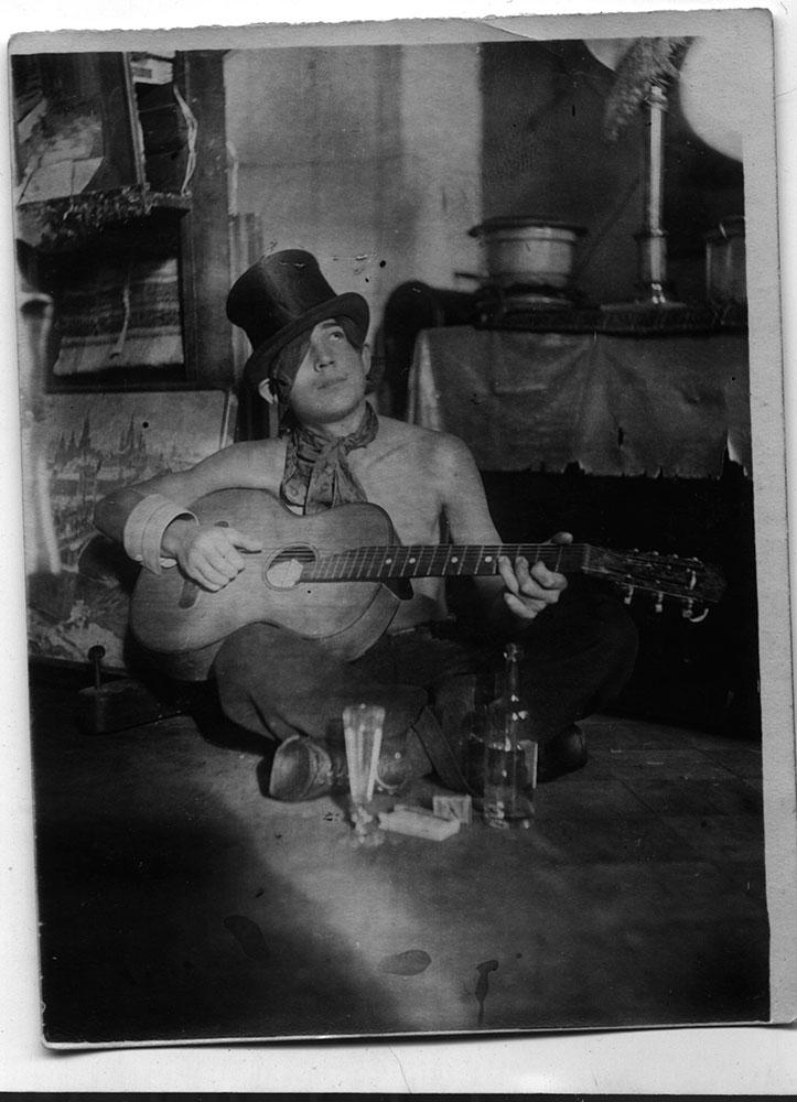 Иулиан Рукавишников в своей мастерской. Около 1938 года
