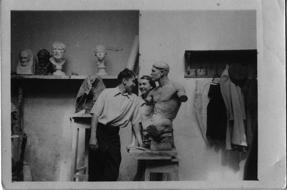 Иулиан Рукавишников с женой в мастерской на Большой Садовой. 1949 год