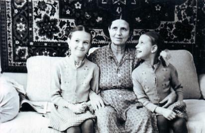 Мария Петровна Жеребцова с внучками Еленой и Ольгой в квартире № 49. 1962 год