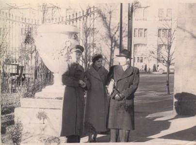 Тамара Абрамова с друзьями в саду «Аквариум». Конец 1950-х годов. Из личного архива Тамары Абрамовой
