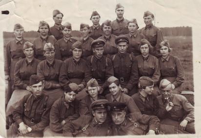 Андрей Андреевич Соколов (во втором ряду справа) с сослуживцами. Военное время. Из личного архива Е.А. Карельской