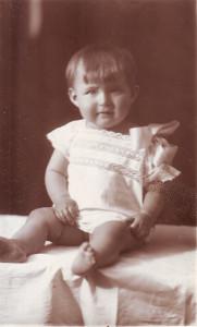 Дочь типографа Николая Захарова Елена в крестильной рубахе после крестин в церкви Святого Ермолая. Около 1929 года. Копия. Из личного архива Любови Чурилиной, жительницы квартиры № 34