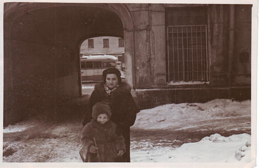 Изабелла Воложинская с дочерью Софьей во дворе дома № 10. 1958 год. Копия. Из личного архива Софьи Мадорской, жительницы квартиры № 47